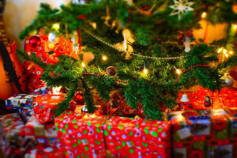 kerstcadeau bij kerstboom