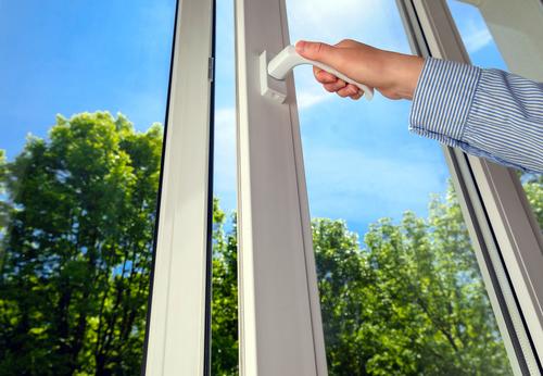 Kunststof raamkozijn voor een goed geïsoleerd huis