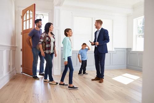Een makelaar is opgeleid om huizen te verkopen